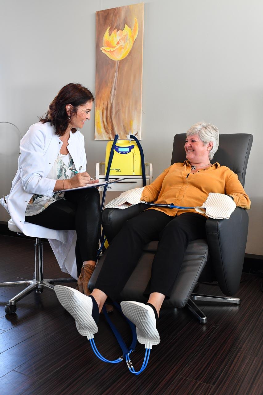 Ärztin mit einer Patientin bei der Chemotherapie mit Hilotherapie.